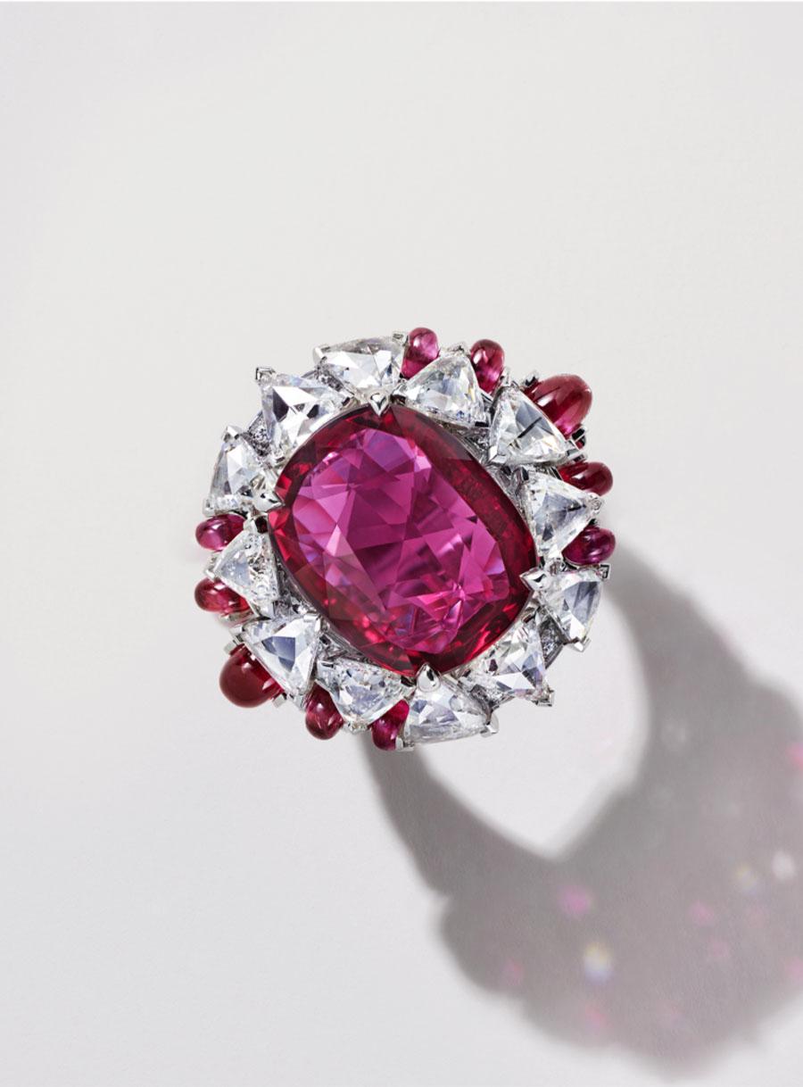Треугольные бриллианты и рубиновые бусинки в гармонии кольца Cartier