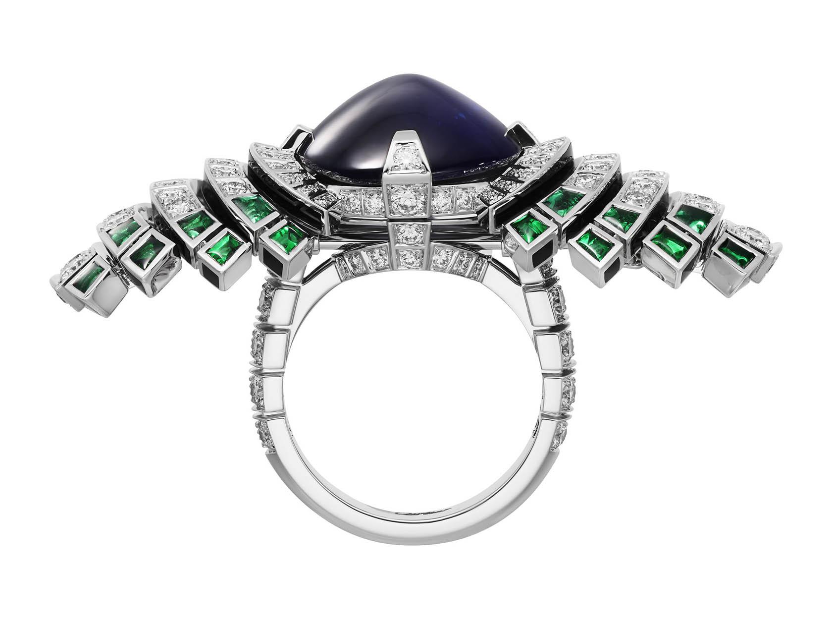 Кольцо Cartier Parhelia, сапфиры бриллианты изумруды. Вид с торца
