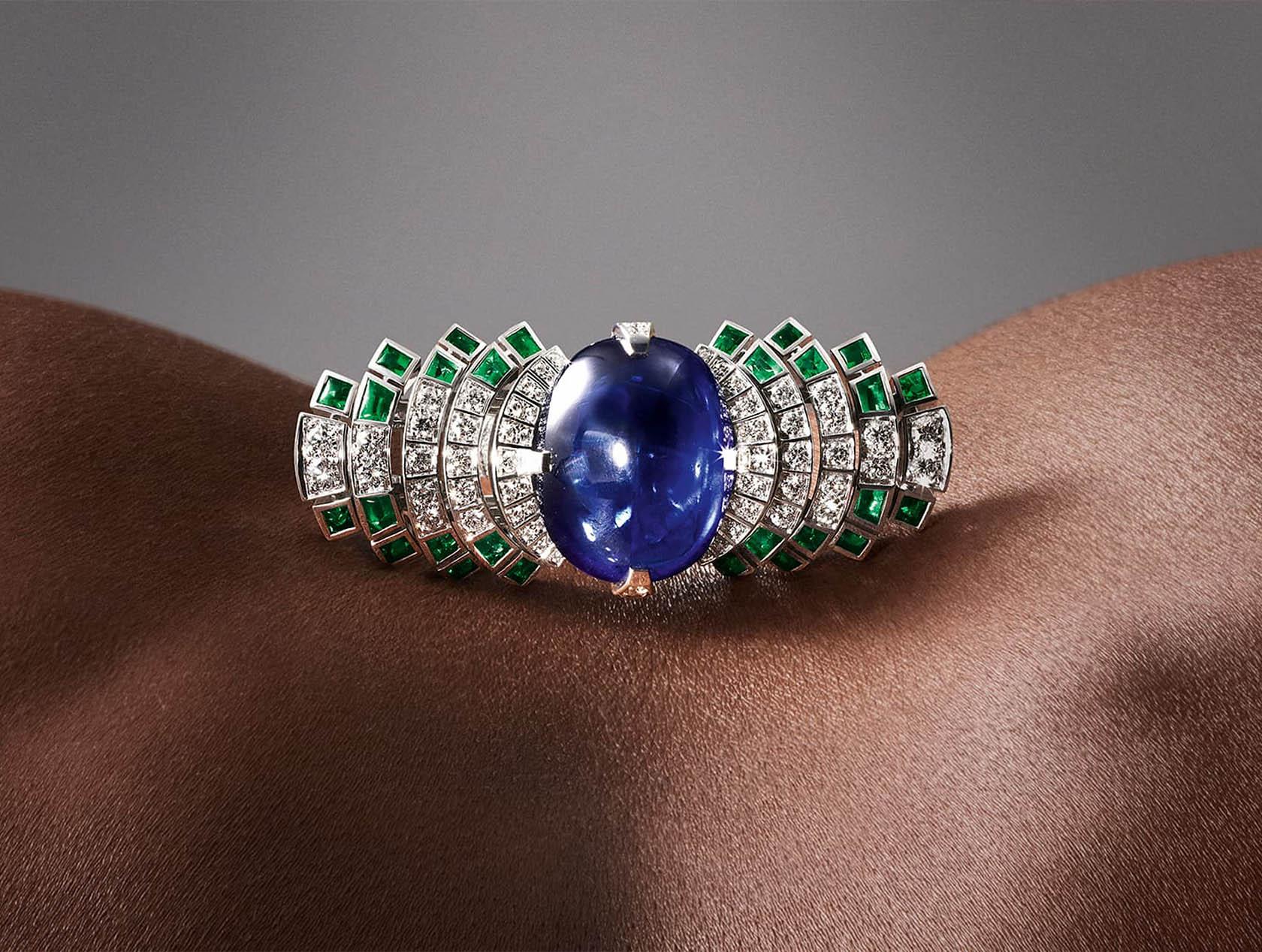 Небесный сапфир притягивает взгляд к кольцу Parhelia от Cartier