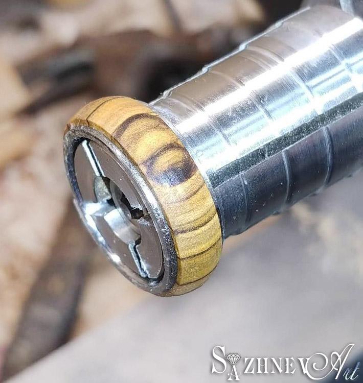 Дизайн (вставки камней, дерева) обручалки влияет на стоимость её производства